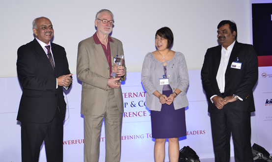 Sir John Whitmore Empfangen erster IAC Lebensdauer acheivement Auszeichnung